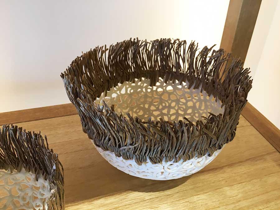 陶器の上部に針金入りの紙を編み上げた南仏・ミュリエル・ロボーのオブジェ。20000円~