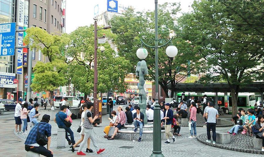 従来の「さんきたアモーレ広場」。でこぼこ部分に腰掛ける人々の姿が見られる