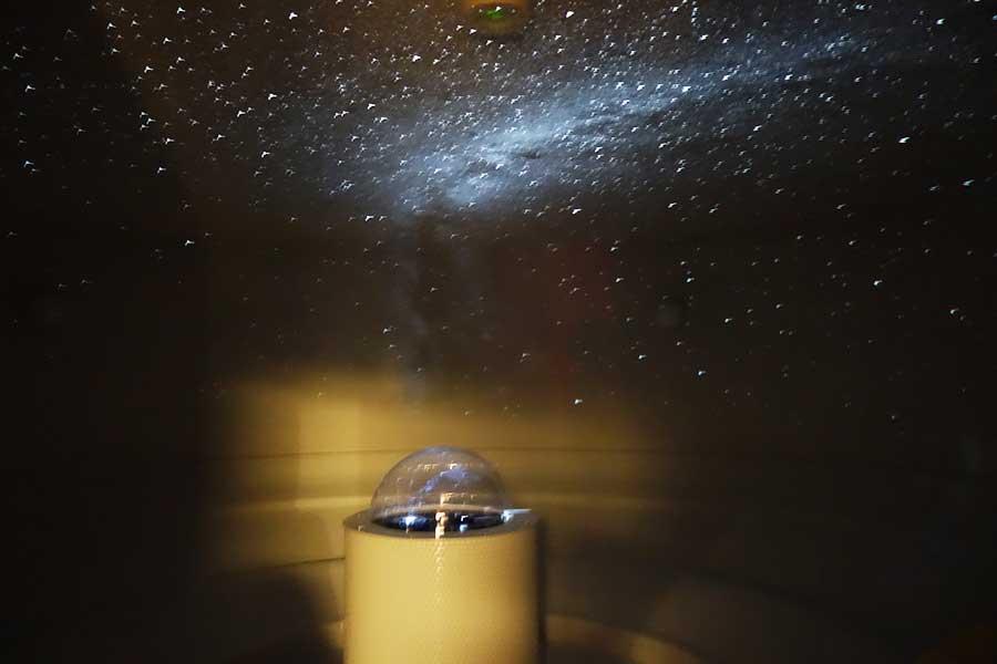 岩盤浴の「星」の部屋。ゆっくりと星の動きが楽しめ、闇に包まれた空間