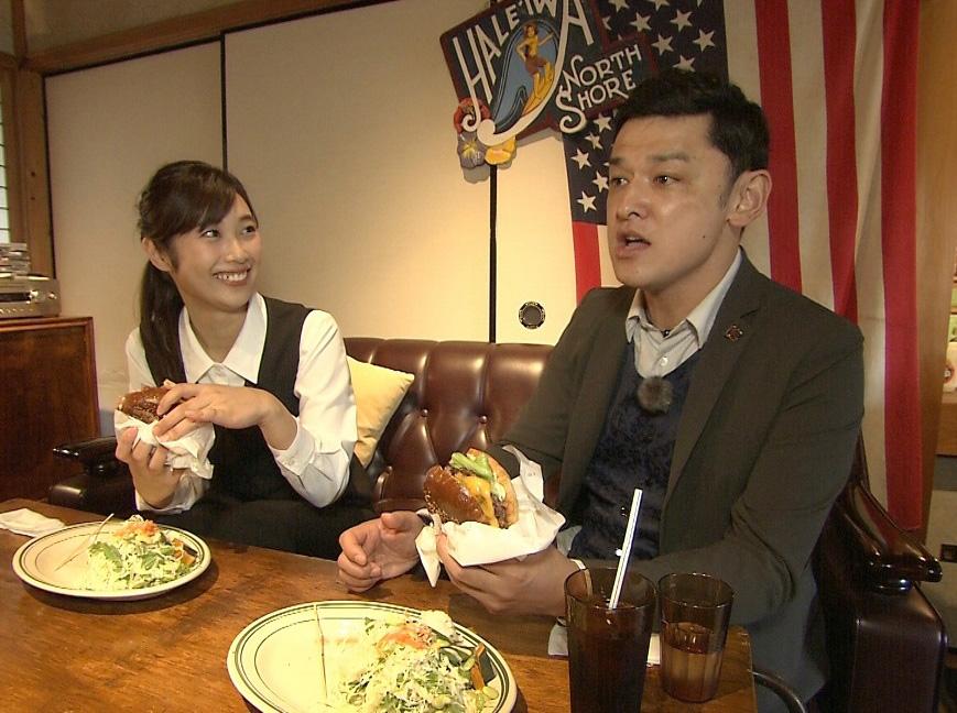 仕事も忘れて食べ続ける辻沙穂里アナウンサーと、シャンプーハットてつじ 写真提供:MBS