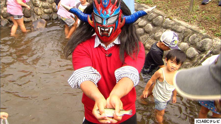 地元民と魚のつかみ取りをするサンダー・ライガー