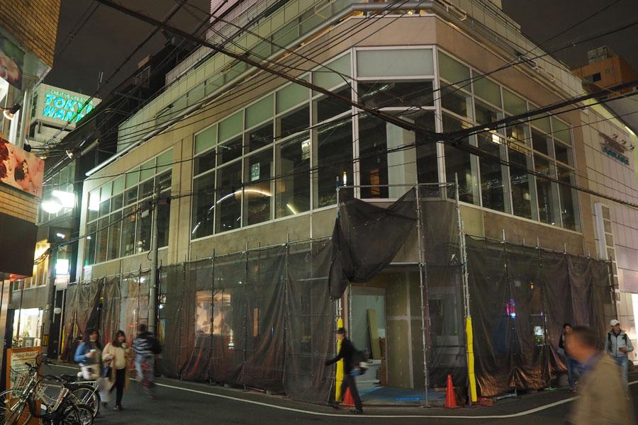 以前は「スポニチプラザ大阪」のあった地で、現在工事中の「鰻谷スクエア」ビル。地下1階が「心斎橋角座」、1階には飲食店が入る予定とのこと
