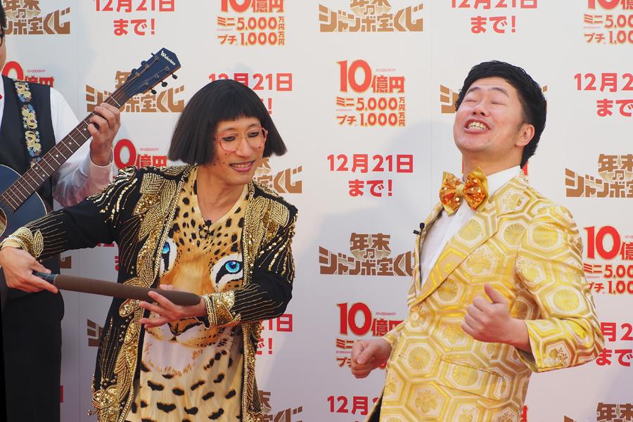 「ドリザッパ(茶色い棒)がボロボロになってきたので、中身を分析しないと」と焦る吉田裕(右)と、すっちー扮するすちこ(左)