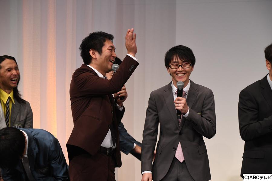 決勝進出者発表会見で、スーパーマラドーナ田中をツッコむ武智(左)