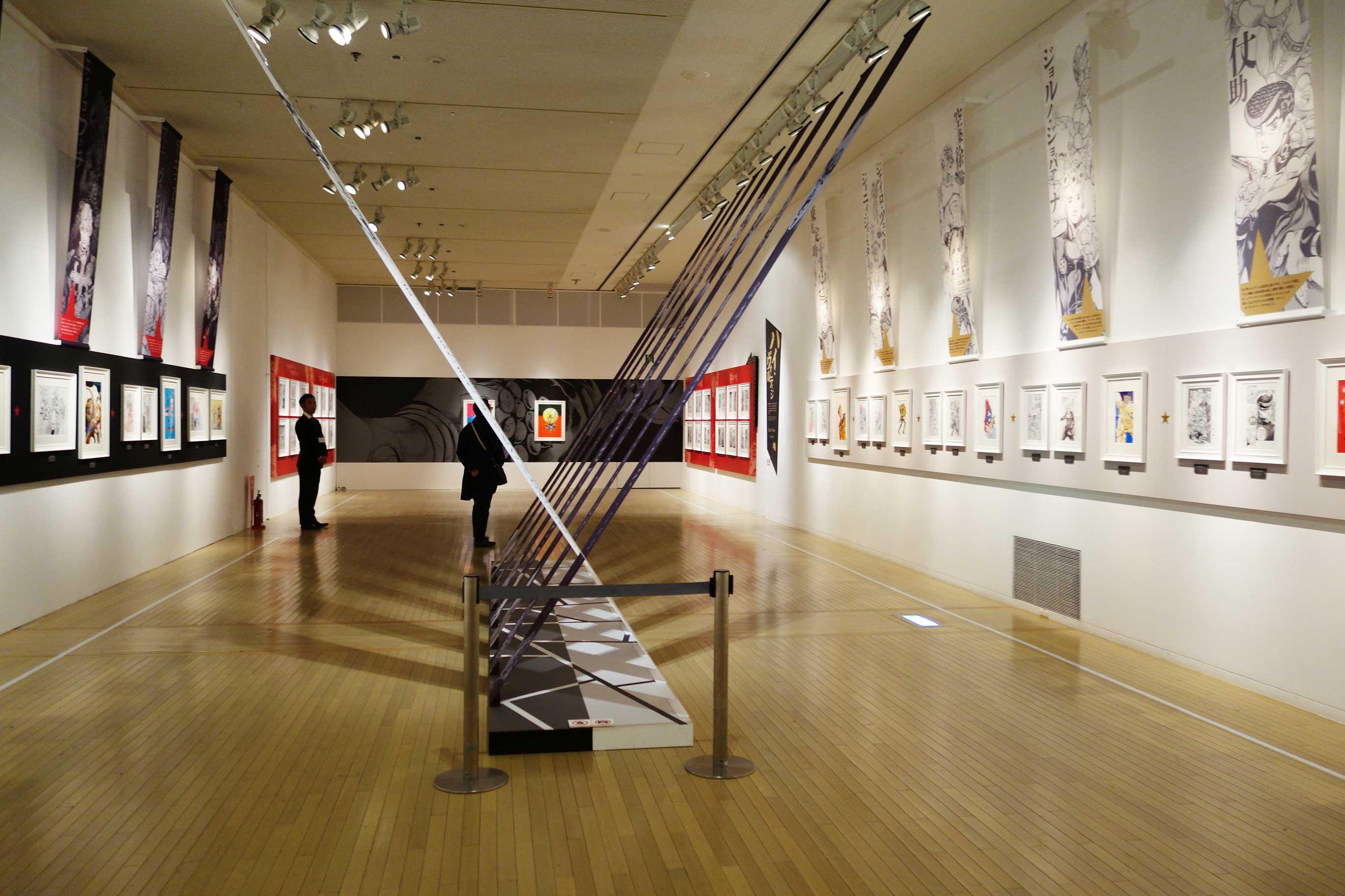 『宿命の星 因縁の血』では、主人公とライバルを展示。天井からは名言のバナーが垂れ下がる。Ⓒ荒木飛呂彦&LUCKY LAND COMMUNICATIONS/集英社