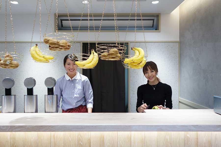 スムージーは店内ですべて手作り。右が田村さん。通常は天満橋の本店に在中
