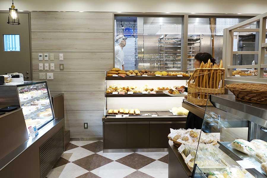ケーキやキッシュ、サンドイッチも販売。厨房でパンを焼く姿も楽しめる