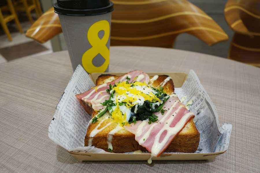 人気のトーストエッグベネディクト680円、コーヒーM330円