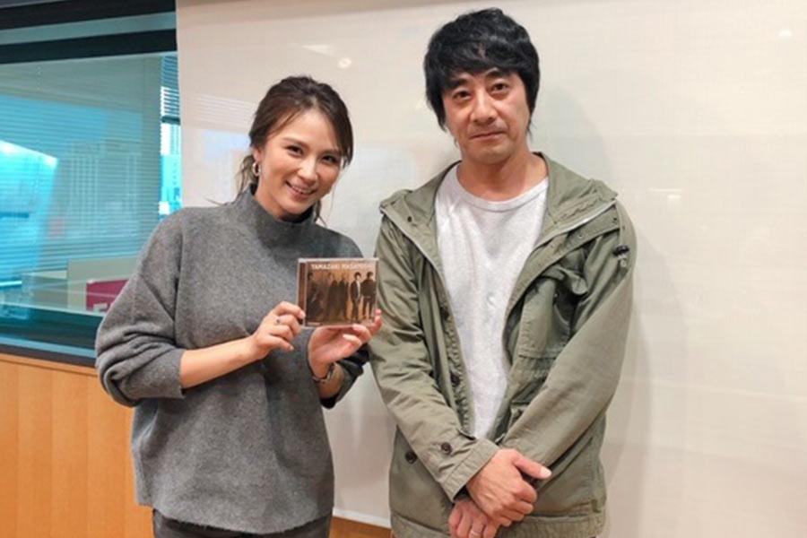 FM OH!『LOVE FLAP』に出演した山崎まさよし(右)、左はDJの赤松悠実