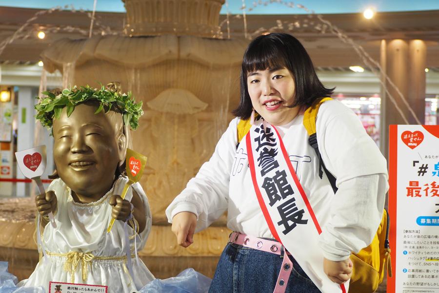 「泉の広場」で自身をモチーフにした「迷える女神像」とポーズをとるゆりやんレトリィバァ(22日、大阪市内)