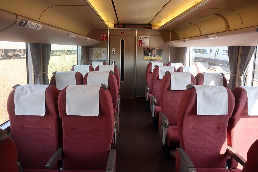 JR神戸線の通勤客向け特急「らくラクはりま」女性専用席(エリア)の内装