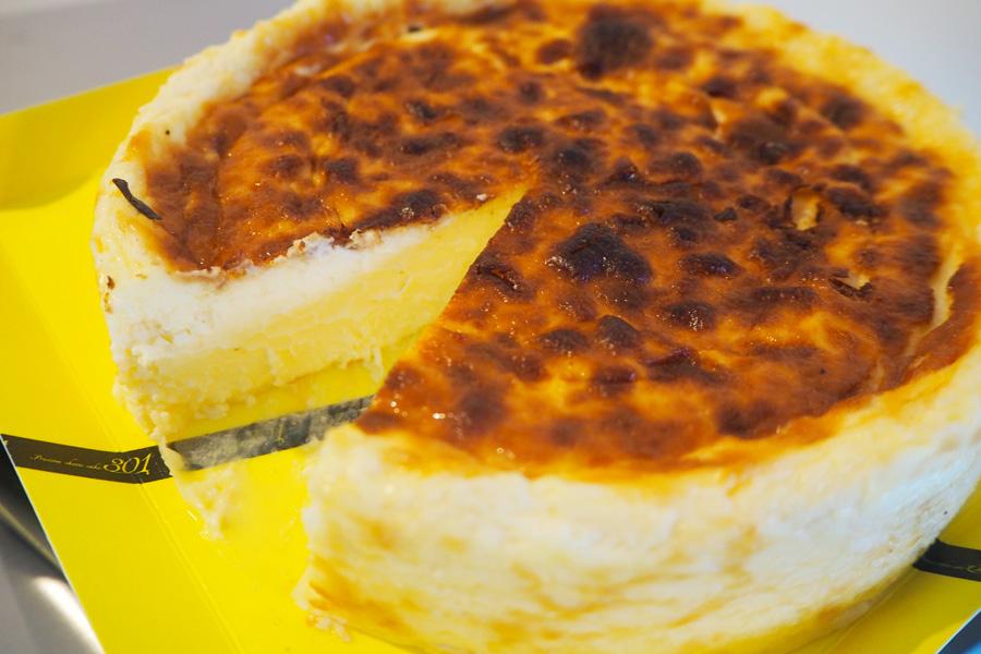 「冷やしても温めてもおいしくいただけます」と担当者がオススメする、とろけるベイクドチーズケーキ(写真はSサイズ1800円・税別)
