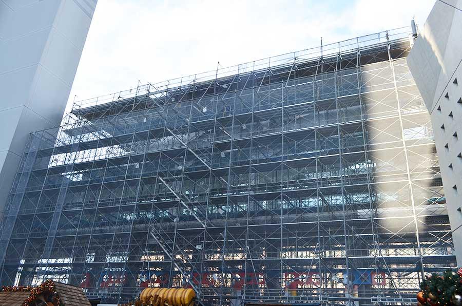 今も工事が続く、3階の入場用通路