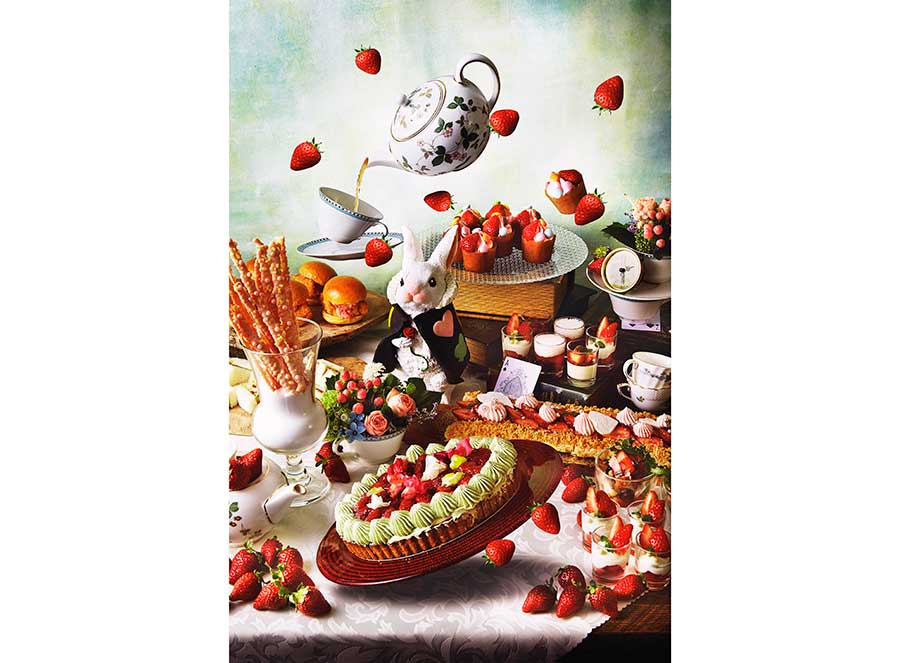 アリスをテーマに、いちごのモンブラン、ババロワ、プリンなどが登場