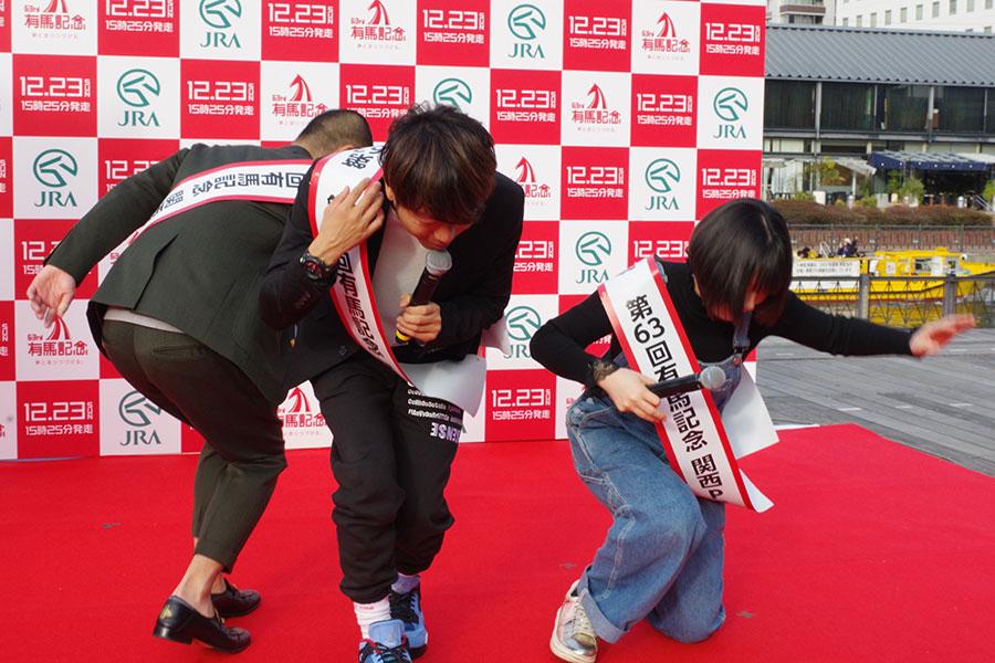 吉本新喜劇ばりにズッコケるアキナの2人と宇都宮まき(右)