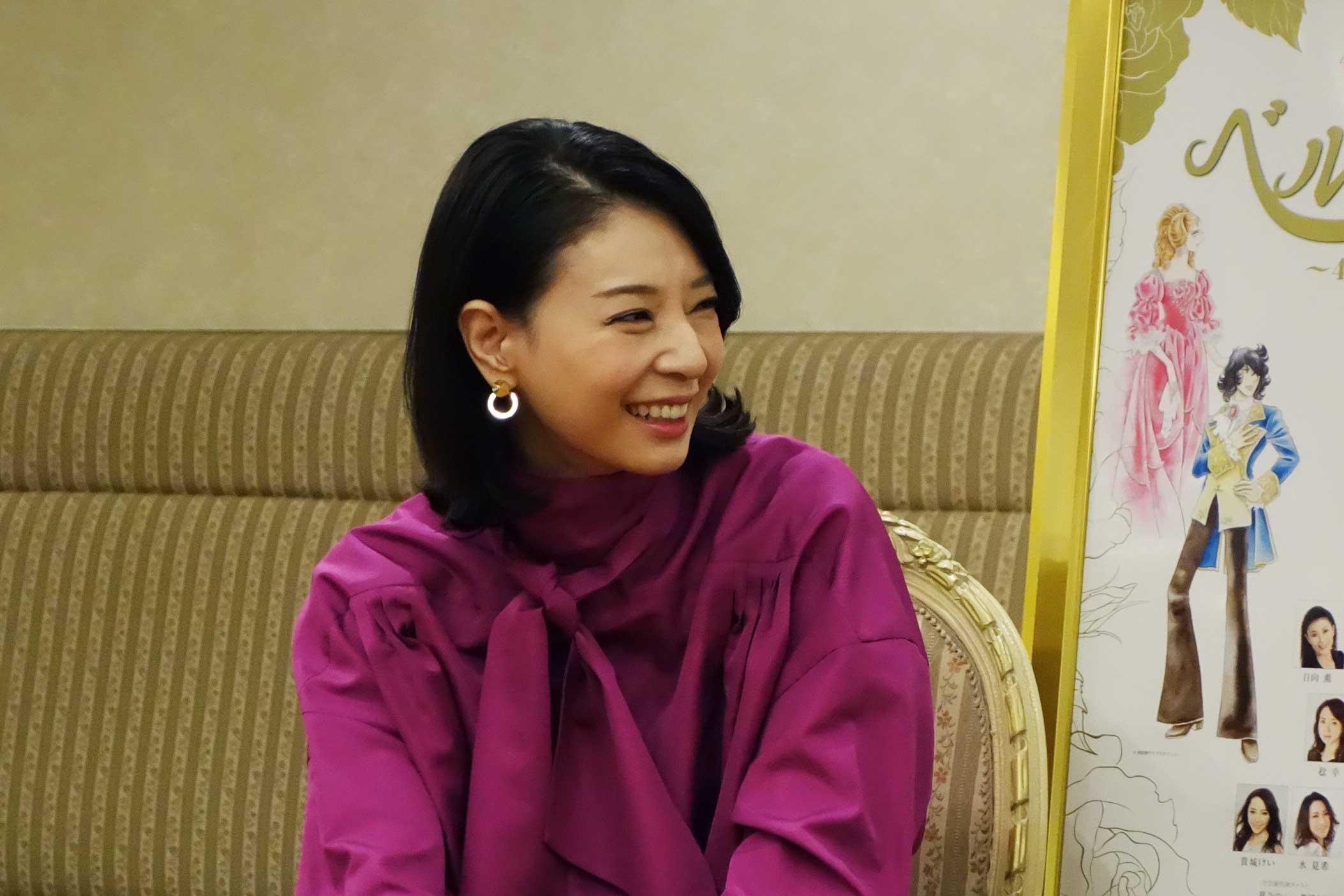 「池田理代子先生の確立なさった素晴らしい世界」と「宝塚の様式美」を大切に、オスカルを演じた朝海ひかる。笑顔で思い出を振り返る