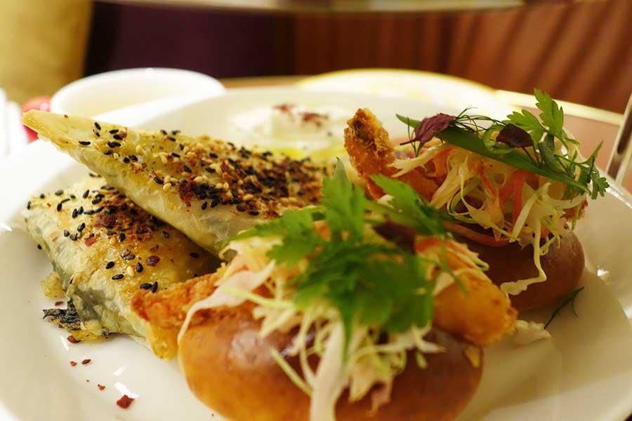 手前から、大阪の串カツから発想されたエビカツロール。ほうれん草とフェタチーズのブレカスは、ザクロジャムとヨーグルトをつけていただく