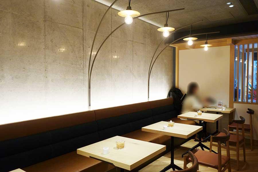 ゆったりと落ち着いた雰囲気で楽しめるカフェスペース