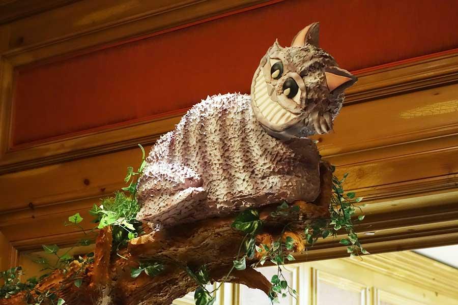 エントランスの真上にはチェシャ猫。見上げるのを忘れないように