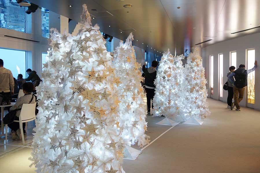 真っ白なクリスマスツリーも並び、カフェメニューをオーダーすると星型オーナメントがプレゼントされる。英語、中国語、韓国語など様々な言語で、願いごとが書かれていた