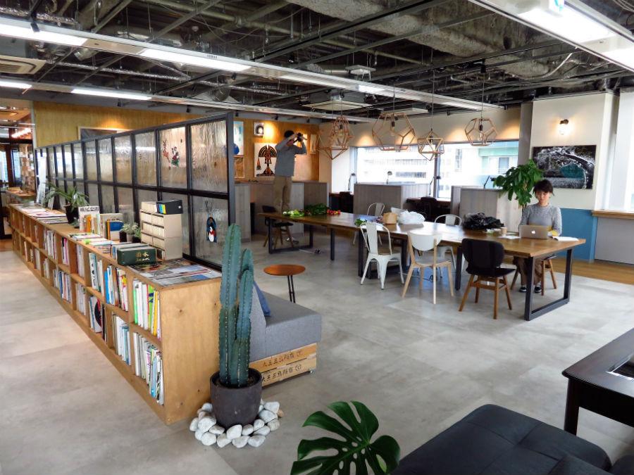 カフェのようなワークスペース。デザイン関連やライティングに関する本や写真集など、豊富な参考書籍が揃い、奥には個別ブースが