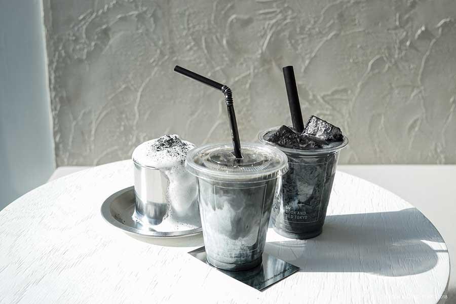 BLACK LATTE580円、BLACK COFFEE JELLY MILK600円などドリンクももちろん黒
