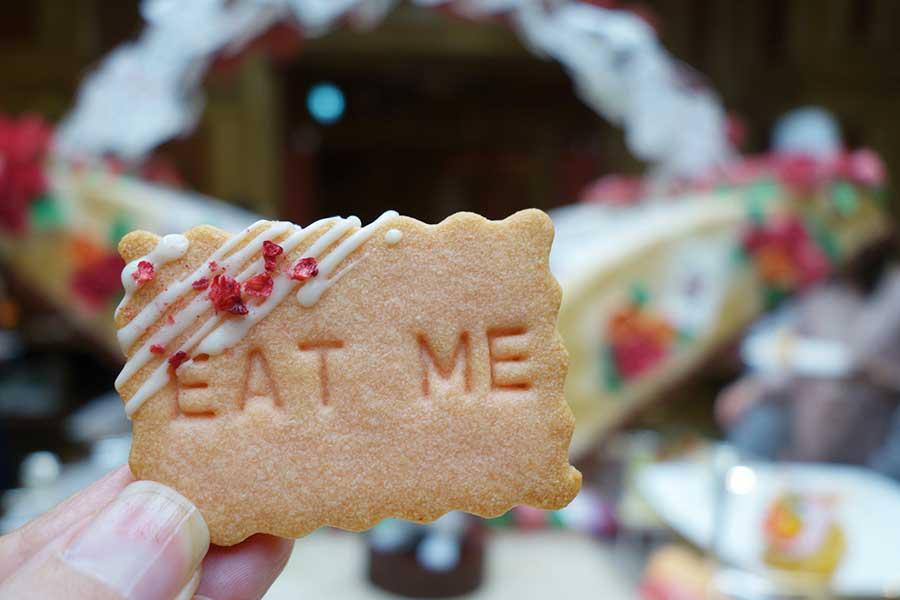 お話の中で登場する「EAT ME」というひと言はクッキーに