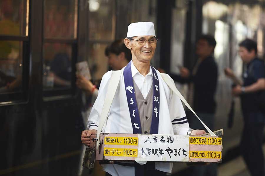 この道40年のベテラン、JR人吉駅で弁当の立ち売り、菖蒲さん。販売する「栗めし」は11時半頃到着
