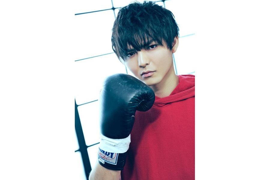 「ボクシングに実際に触れるのは初めてで、ビジュアル撮影で初めてバンテージを巻いて、始まったんだなとワクワクしました」とコメントした薮宏太