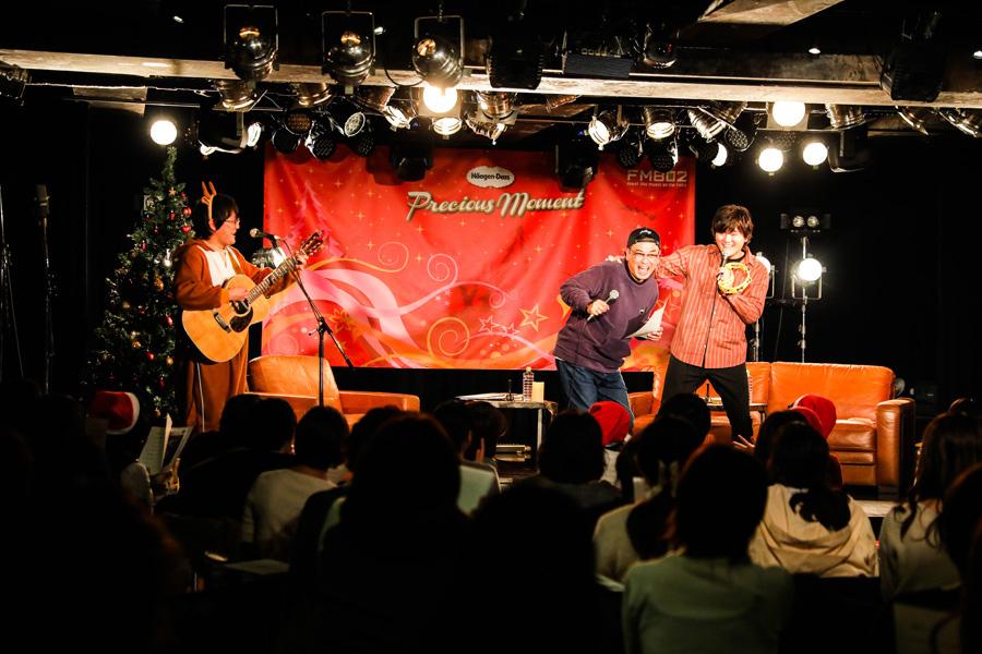 『赤鼻のトナカイ』を歌う秦 基博(右、左が松室政哉、中央がDJの中島ヒロト)写真提供:FM802