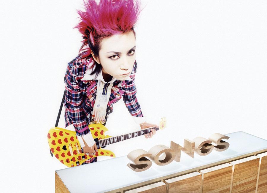 X JAPANのメンバーとして1989年メジャーデビューしたhide。1993年にソロ活動を始め、1997年のバンド解散後も精力的に活動するが、1998年5月2日、帰らぬ人となった