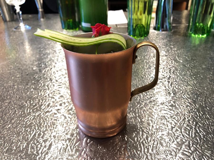 7種のスパイスを利かせたノンアルコールカクテル「Spicy Honey Cooler」。キュウリが添えられ、さっぱりと飲める