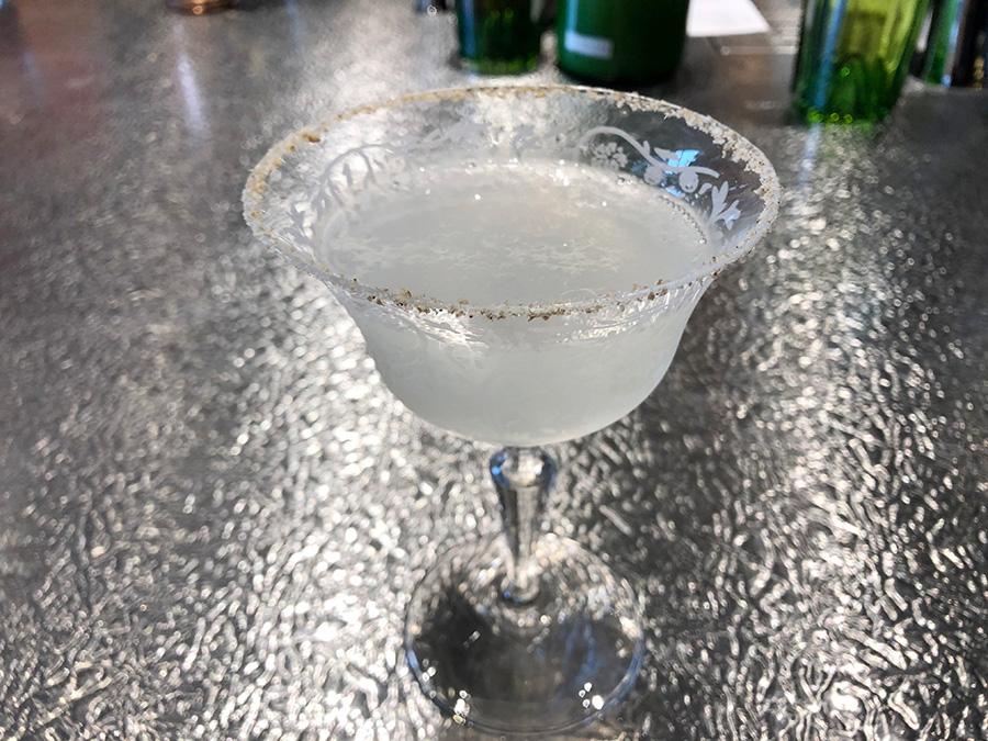 グラスの縁にまぶされた香ばしいゴマがアクセントの「Zipangu」は「日本人でなければ合わせられない感覚」と金子さん。