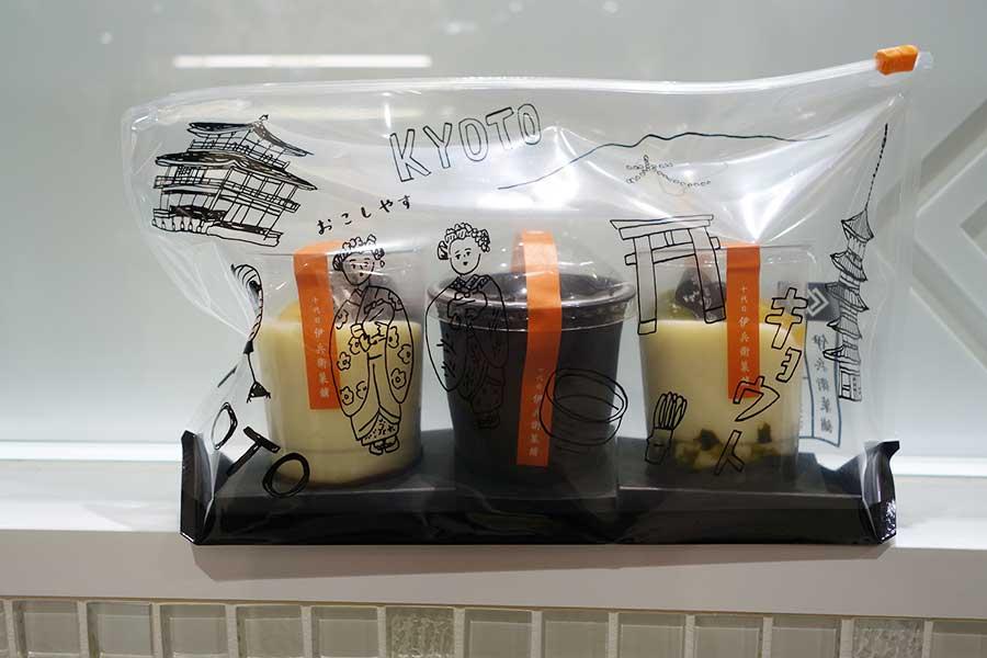 「十代目伊兵衛菓舗」の「カップスウィーツ」は、3個購入で透明のオリジナルポーチに入れてくれる。左から黒蜜きなこわらび540円、京都水尾の柚子チーズケーキ648円、黒糖抹茶わらび540円