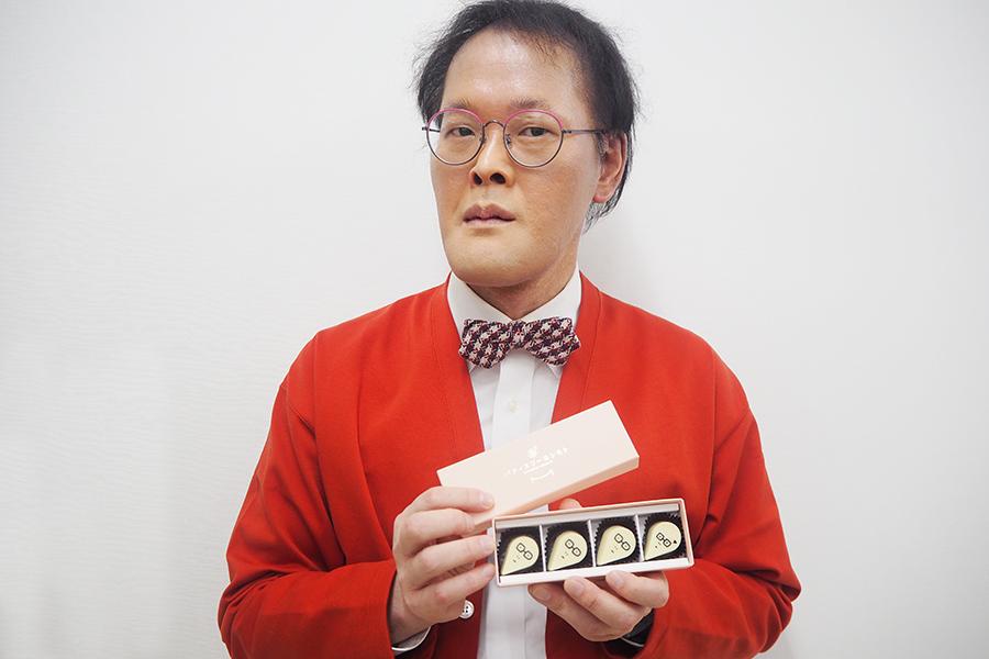 コラボチョコの実物を見てもまだ信じられないというアインシュタイン・稲田(写真はレアチョコ入りの箱)