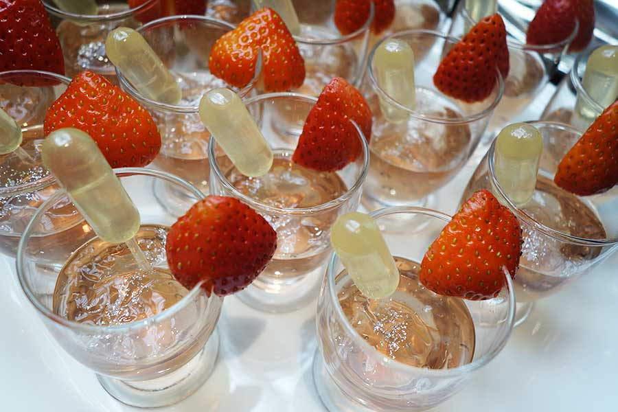 シロップを入れると、色味が変化するマロゥブルーティーゼリー ストロベリーレモンシロップ