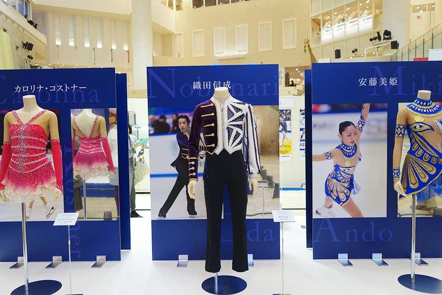 左からカロリナ・コストナー、織田信成、安藤美姫の衣裳