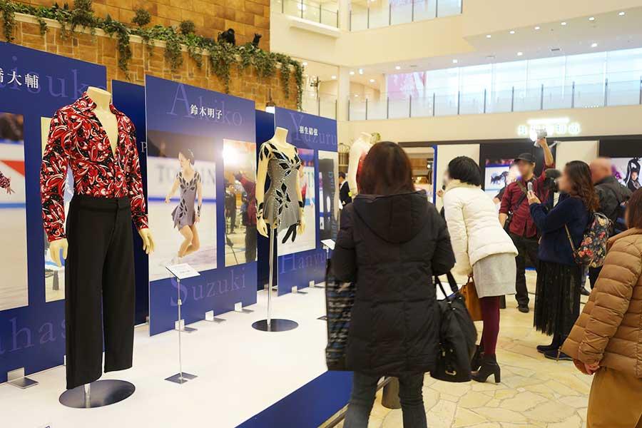 左から高橋大輔、鈴木明子、羽生結弦の衣裳