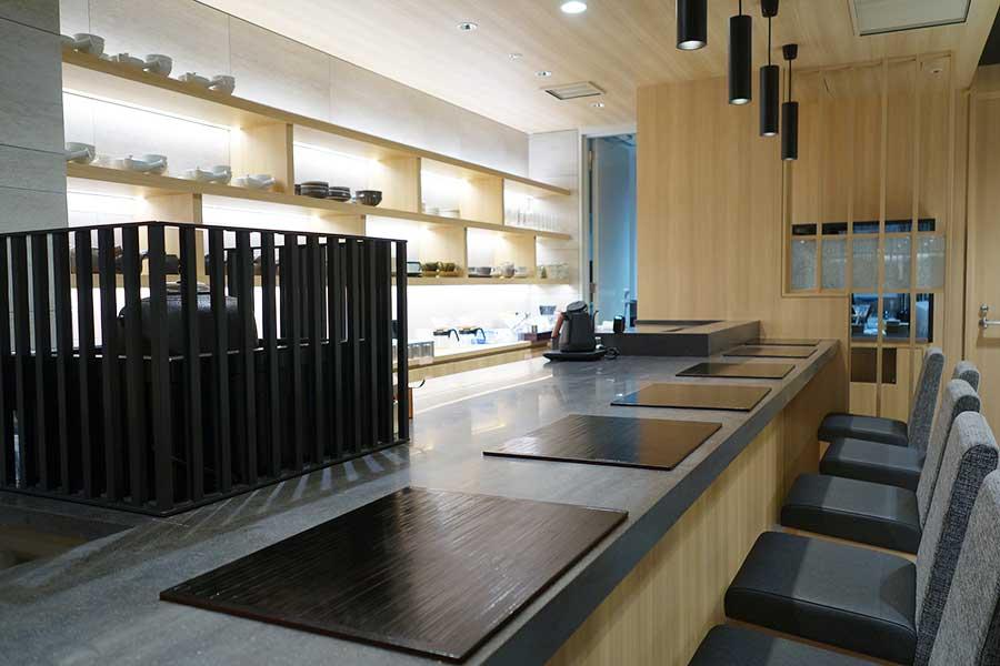 「菓子のTASHINAMI」はカウンターとテーブル席があり。セミナーなどはカウンターでおこなわれる