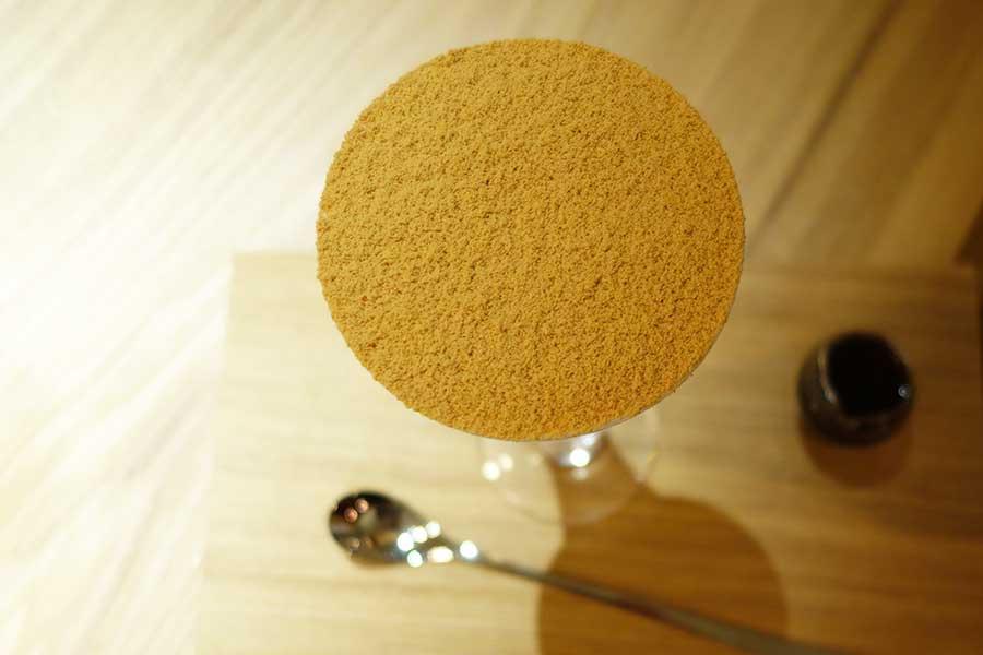 「焦がしきな粉パフェ」のほか、季節の限定の味も登場し、焙じ茶とチョコの「焙香ショコラノアールパフェ」(1512円)も。来年からはいちごバージョンも登場