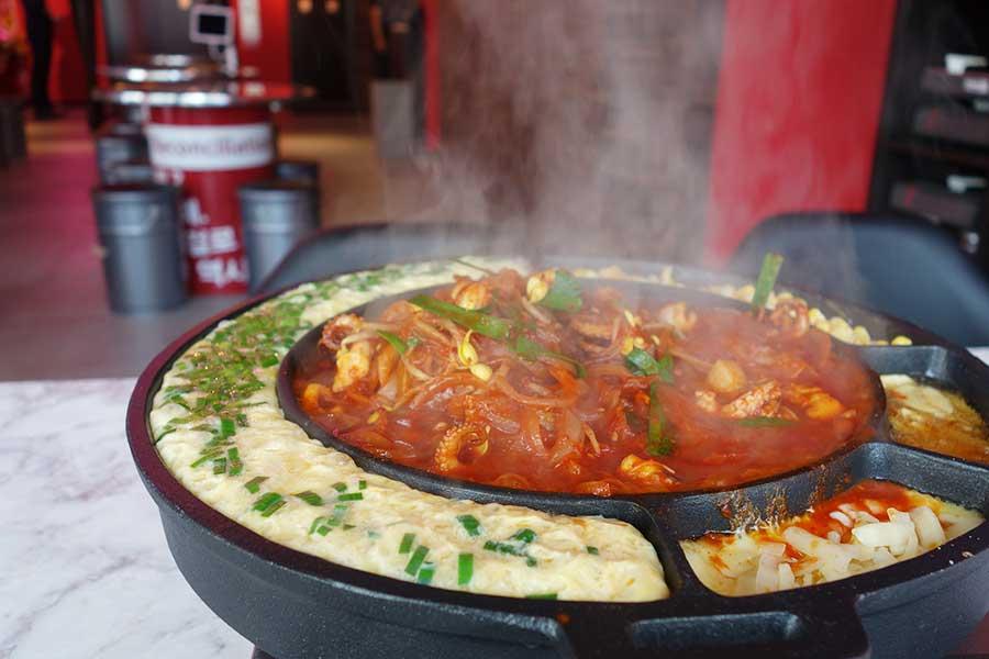 「韓国料理 ハラペコ食堂 GEMSなんば」の元祖チュクミ1人前2280円(税別、注文は2人から)
