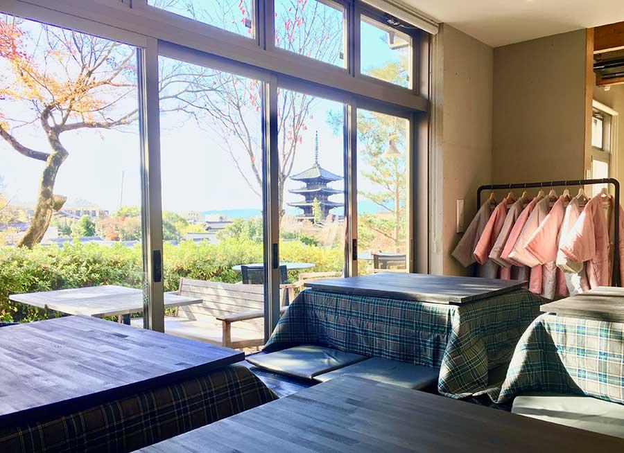 窓際であれば、美しい景色も楽しめるこたつ席