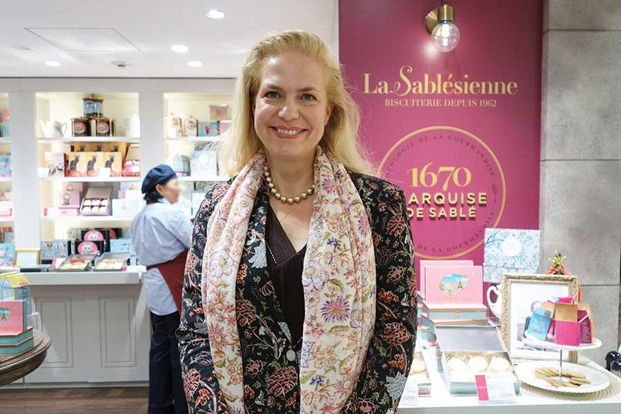 「ラ・サブレジエンヌ」のアメリ・ロレさん。店内には美しい缶が並ぶ