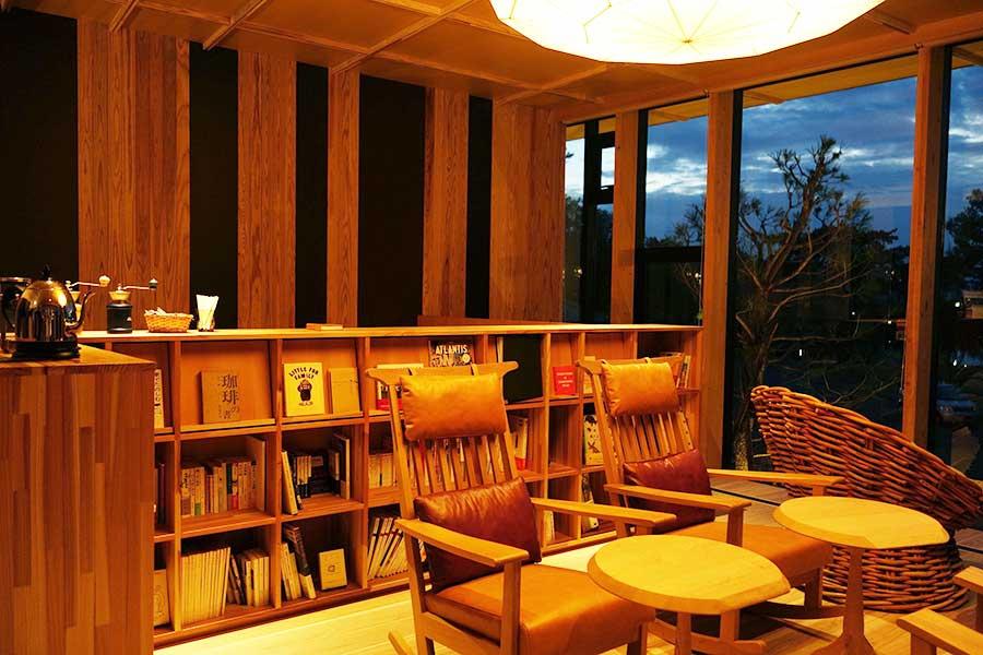 京都の本屋「誠光社」の堀部篤史さんが約150冊の書籍と約35枚のレコードがそろい、コーヒーはミルでセルフサービス