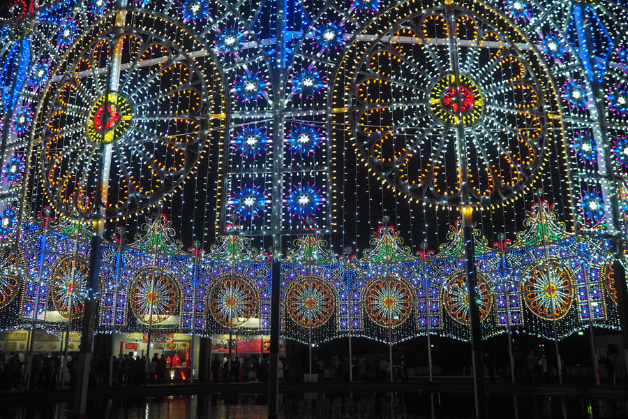 音楽に合わせて光が躍動する、東遊園地の南側・噴水広場の円形状の「スパッリエーラ」