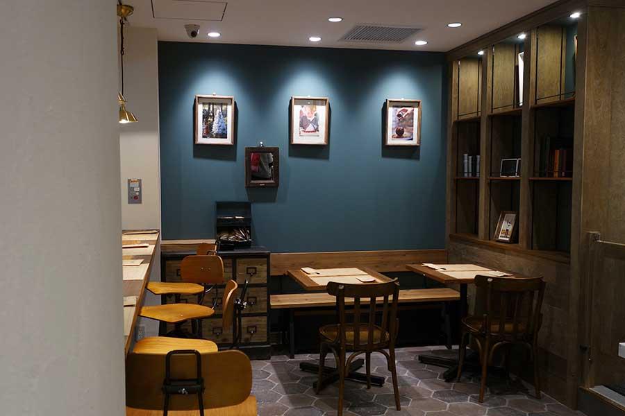 パティスリー「ラ・メゾン・ジュヴォー」は、カフェも併設し、朝8時半から21時半まで営業