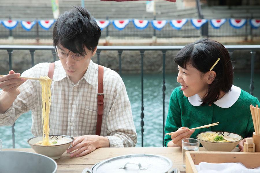 第6回のワンシーンより。街なかの屋台で初めてのラーメンに感動する萬平(左・長谷川博己)とそれをうれしそうに見つめる福子(安藤サクラ)