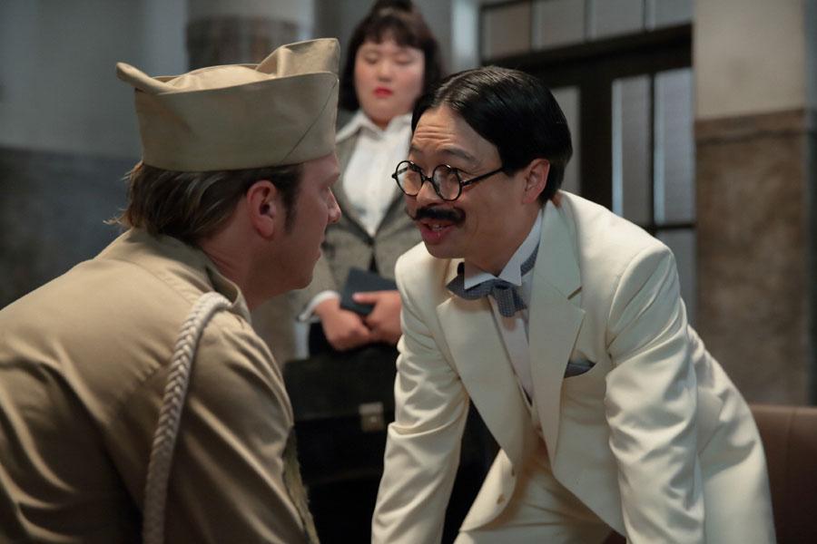 かねてから福子と親交のある歯科医師・牧善之介(右・浜野謙太)は、「萬平は無実だ」と進駐軍に証言する