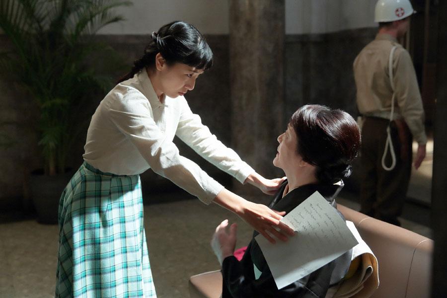 進駐軍の廊下にて、取り調べ前に「どないしよう。また緊張してきた」という母・鈴(右・松坂慶子)を、「武士の娘でしょ」と勇気づける福子(安藤サクラ)
