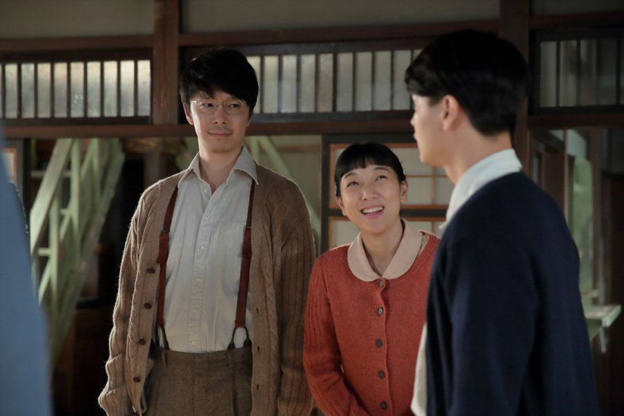 「真一さん(大谷亮平)の右腕としてみんなをひっぱってくれ」と萬平(左・長谷川博己)から東京行きを告げられる神部(瀬戸康史)